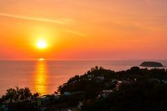 Сногсшибательный заход солнца над красивым Phi Phi Koh, Таиландом Стоковое Изображение
