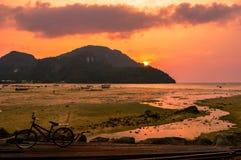 Сногсшибательный заход солнца над красивым Phi Phi Koh, Таиландом Стоковые Изображения