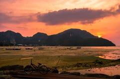 Сногсшибательный заход солнца над красивым Phi Phi Koh, Таиландом Стоковое фото RF