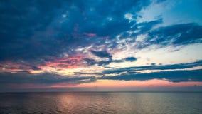 Сногсшибательный заход солнца над штилем на море в лете Стоковые Изображения RF