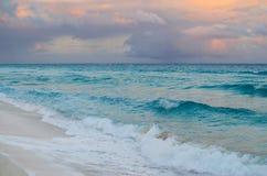 Сногсшибательный заход солнца на песчаном пляже Стоковая Фотография RF