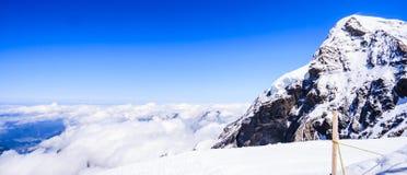 Сногсшибательный красивый панорамный взгляд Snowcapped ландшафта горных вершин горы Bernese в зоне Jungfrau, Bernese Oberland, Шв Стоковое фото RF