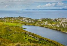Сногсшибательный ландшафт Ирландского, залив Akeen около головы ` s овец, Coomacullen, пробочки графства, Ирландии Стоковая Фотография