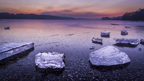 Сногсшибательный сумрак с треснутым льдом на замороженном озере на зиме сток-видео