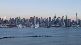 Сногсшибательный устоичивый день 4k к панораме упущения nighttime большого современного портового района порта корабля Нью-Йорка  видеоматериал
