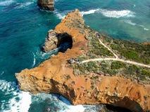Сногсшибательный широкоформатный воздушный взгляд трутня горных пород в океане на заливе островов вдоль большой дороги океана Стоковые Изображения
