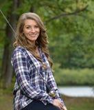 Сногсшибательная рыбная ловля молодой женщины Стоковые Изображения RF
