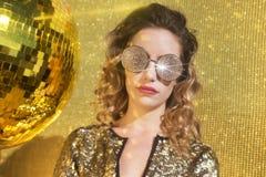 Сногсшибательная сексуальная женщина головы discoball Стоковые Фотографии RF