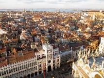 Сногсшибательные архитектура и городской пейзаж Венеции как увидено от колокольни колокольни Стоковые Фотографии RF