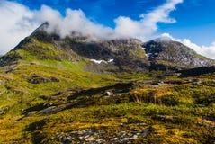 Сногсшибательные взгляды долины и озера с радугой в небе, дороге 63 Норвегия Стоковые Фото