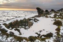 Сногсшибательный ландшафт захода солнца зимы от гор рассматривая sno Стоковое Фото