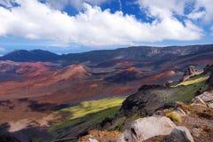 Сногсшибательный ландшафт кратера вулкана Haleakala принятого на Kalahaku обозревает на саммите Haleakala, Мауи, Гаваи Стоковые Изображения
