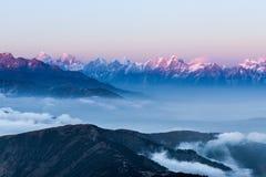 Сногсшибательный ландшафт с изумительный плавать облаков Стоковое Изображение RF