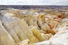 Сногсшибательный белый striped песчаник hoodoos в каньоне угольной шахты около города тубы, Аризоны стоковое фото