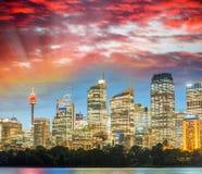 Сногсшибательный взгляд захода солнца горизонта Сиднея, Австралии Стоковое фото RF