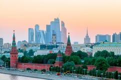 Сногсшибательный взгляд Кремля в лете на заходе солнца, Москве, России стоковое изображение rf