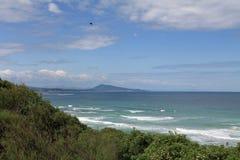 Сногсшибательный взгляд на сценарном seascape от уступа на волнах Атлантическом океане с jaizkibel горы в голубом небе и облаках, Стоковое Изображение