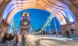 Сногсшибательный взгляд ночи движения моста башни, Лондона - Великобритании Стоковые Фото