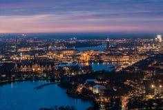 Сногсшибательный вид с воздуха центра города Стокгольма на ноче стоковые изображения