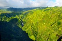 Сногсшибательный вид с воздуха эффектных джунглей, Кауаи стоковые изображения