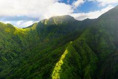 Сногсшибательный вид с воздуха эффектных джунглей, Кауаи стоковое изображение