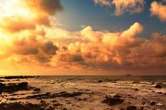 Сногсшибательный восход солнца над морем на пляже Rayong Стоковое фото RF