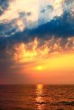 Сногсшибательный восход солнца над морем Стоковое Изображение
