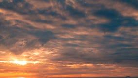 Сногсшибательный восход солнца над морем акции видеоматериалы
