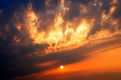 Сногсшибательный восход солнца с фантастическим солнечным лучом Стоковая Фотография RF