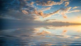 Сногсшибательный живой заход солнца зимы над волнами долгой выдержки отступая Стоковое Изображение RF