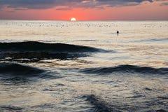 Сногсшибательный живой заход солнца золота на пляже песка Оранжевый цвет восхода солнца Стоковое Изображение RF