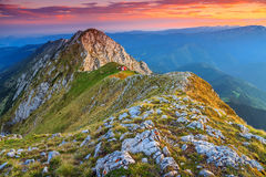 Сногсшибательный заход солнца в высоких горах, Piatra Craiului, Карпаты, Румыния Стоковое Изображение