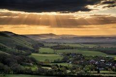 Сногсшибательный заход солнца лета через ландшафт сельской местности с dramati Стоковые Изображения RF