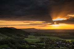 Сногсшибательный заход солнца лета через ландшафт сельской местности с dramati Стоковые Изображения