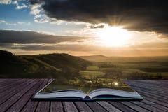 Сногсшибательный заход солнца лета через сельскую местность Стоковые Фотографии RF