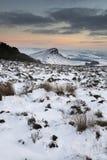 Сногсшибательный заход солнца зимы над ландшафтом сельской местности с драматическим Стоковые Изображения