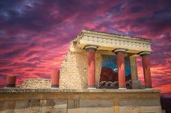 Сногсшибательный заход солнца над дворцом Knossos, островом Крита, Грецией Стоковые Фото