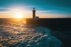 Сногсшибательный заход солнца на океане маяк Природа Стоковые Изображения