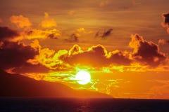 Сногсшибательный красивый заход солнца на экзотическом пляже внутри Стоковая Фотография