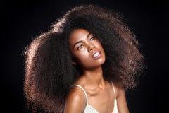 Сногсшибательный портрет Афро-американской чернокожей женщины с большим Ha Стоковое фото RF