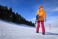сноубординг женщины в горах зимы Стоковые Изображения RF