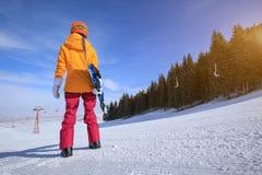 сноубординг женщины в горах зимы Стоковые Фото