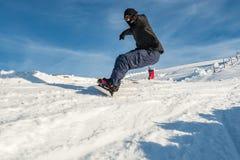 Сноуборд freerider в горах стоковые изображения