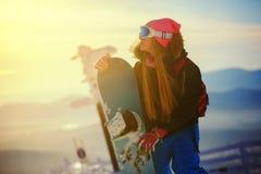 Сноубординг девушки в горах Стоковые Изображения