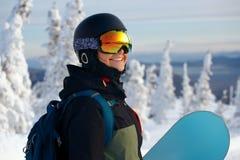 Сноубординг девушки в горах Стоковые Фотографии RF