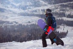 Сноубординг девушки в горах Стоковые Изображения RF