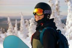 Сноубординг девушки в горах Стоковые Фото