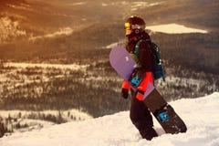 Сноубординг девушки в горах Стоковая Фотография