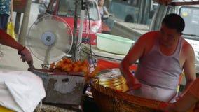 Снэк-бар варя, рынок обочины ярмарок городка Китая, продавая оладь оладьи, толпилось уличное движение видеоматериал