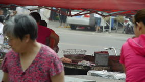 Снэк-бар варя, рынок обочины ярмарок городка Китая, продавая оладь оладьи, толпилось уличное движение акции видеоматериалы